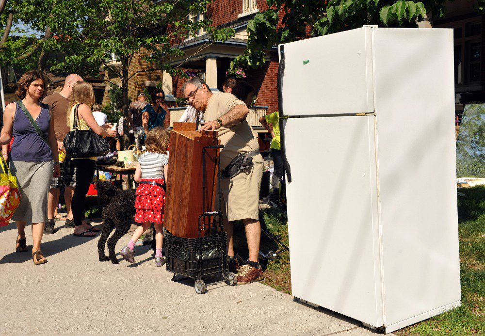 Garage sale for utensils and appliances
